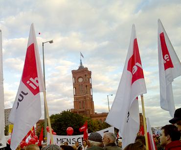 ver.di Fahnen vor dem Roten Rathaus