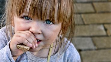 Mädchen isst Brot Kind Armut