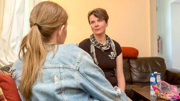 Sozialarbeiterin berät eine Frau