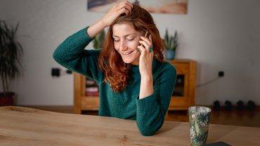 Telefon Frau Anruf Homeoffice Schreibtisch