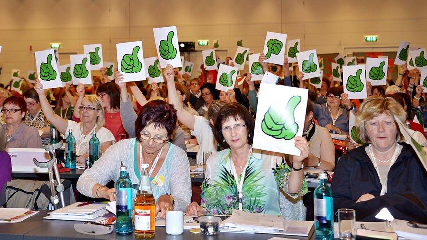 grüne Daumen von Delegierten bei der Landesfrauenkonferenz Nord 2015