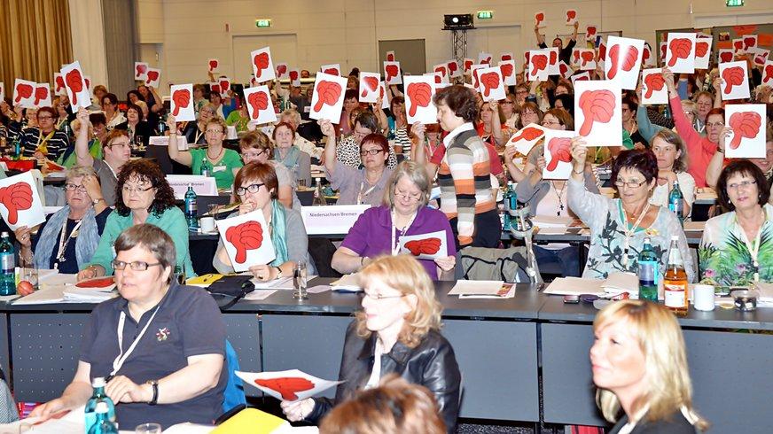 rote Daumen von Delegierten bei der Landesfrauenkonferenz Nord 2015
